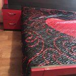 Красная тумбочка в спальне