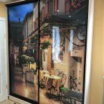 Шкаф с рисунком у двери