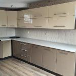 Бежевая мебель для кухни в углу