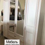 Белый шкаф в прихожей с зеркалом