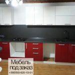 Красная кухня с выемкой под духовку