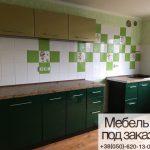 Зеленая кухня с плиткой