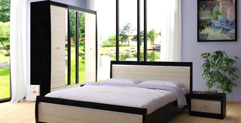 Спальня с фиолетовой стеной